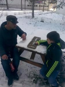 aybars babasıyla mangala oynuyor